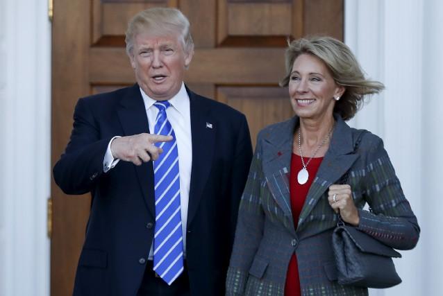 Le président désigné Donald Trump a nommé Betsy... (AP, Carolyn Kaster)