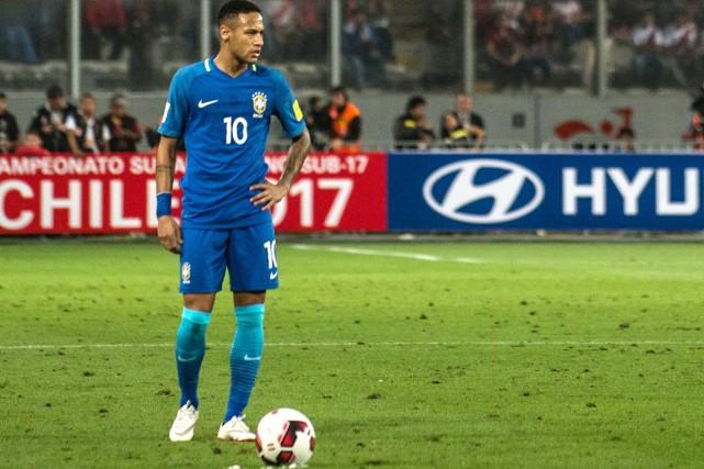 Le joueur étoile brésilien Neymar se place pour... (photo Ernesto BENAVIDES, archives AFP)