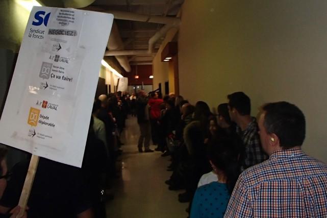 350 employés de l'Université Laval ont manifesté jeudi... (Photo fournie par le SEUL)
