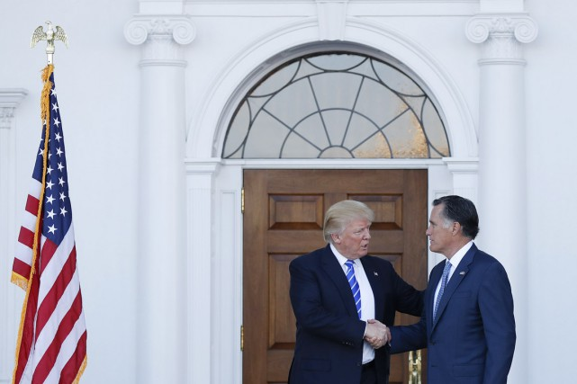 Donald Trump (à gauche) et Mitt Romney se... (photo Carolyn Kaster, archives AP)