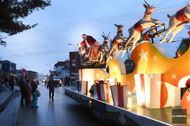 Le défilé du père Noël aura lieu dimanche.... (Archives La Tribune, René Marquis)