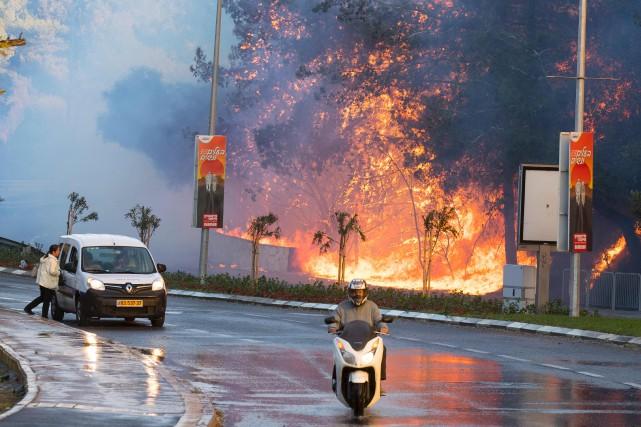 Des résidents ont chargé leurs affaires dans des... (AFP)