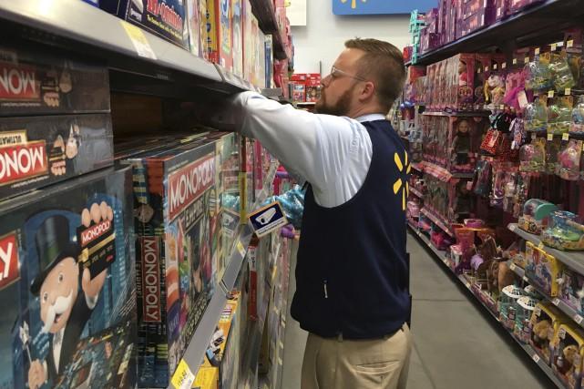 En magasin ou en ligne, les commerces déploient... (AP)