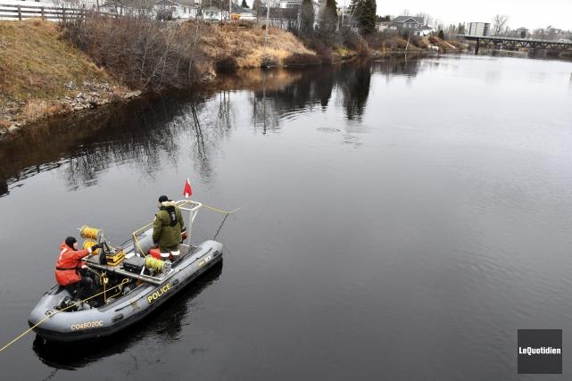 Les recherches dans la rivière aux Sables se... (Photo Le Quotidien, Michel Tremblay)