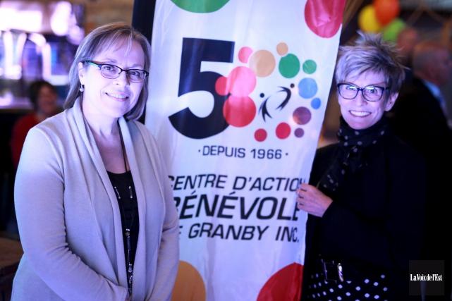 La directrice générale Nathalie Roberge et la présidente... (Catherine Trudeau, La Voix de l'Est)
