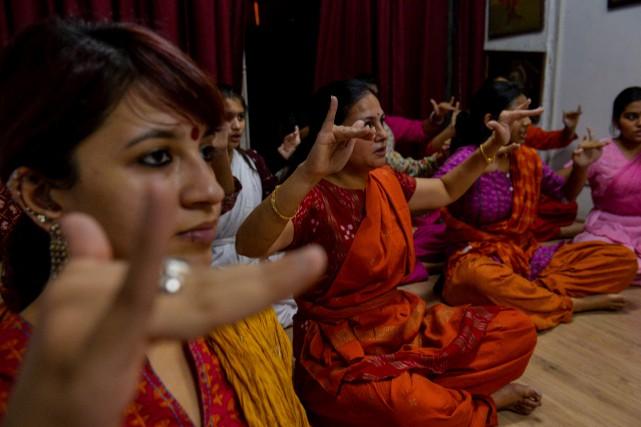 Des Indiennes suivent un cours de danse, dans... (AFP, Chandan KHANNA)