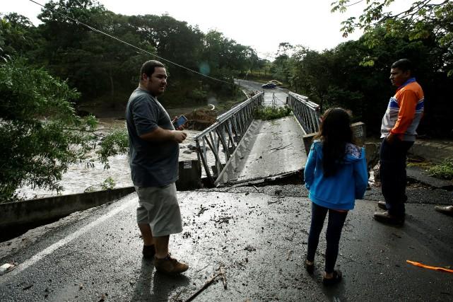 Un pont détruit par l'ouragan Otto à Guayabo... (Photo Juan Carlos Ulate, REUTERS)