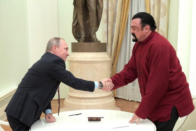 Le président russe Vladimir Poutine félicite l'acteur américain... (PHOTO AFP)
