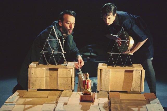 À l'aide d'objets et de marionnettes, Christian Ouellet... (Patrick Simard)