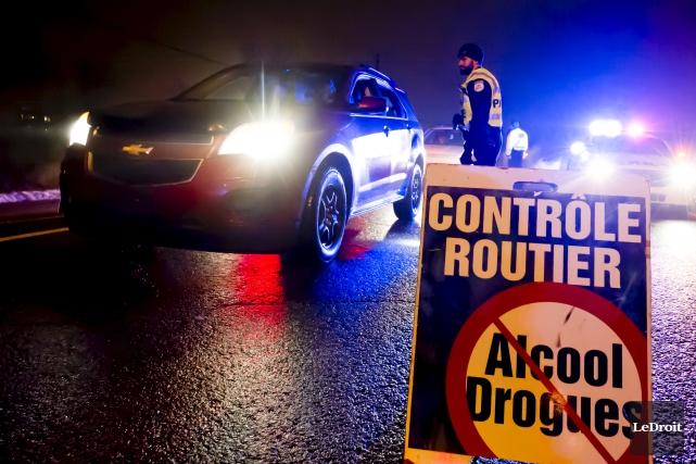 Les autorités ont érigé un barrage routier pour... (Martin Roy, Le Droit)