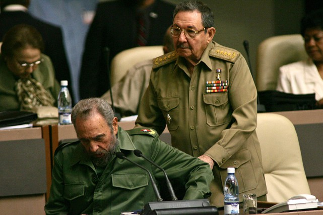 Raul Castro et son frèreFidelen décembre 2004.... (Photo Dario Lopez-Mills, archives AP)