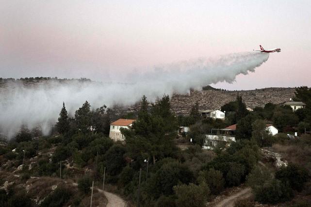 Un avion-citerne américain capable de déverser 70tonnes d'eau... (PHOTO MENAHEM KAHANA, AFP)