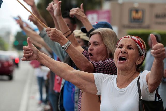 L'explosion de joie après la mort de Fidel... (PHOTO JAVIER GALEANO, REUTERS)