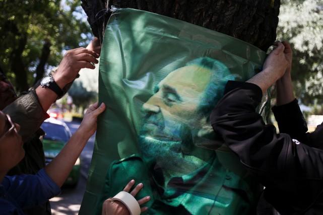 Des partisans de Fidel Castro lui ont rendu... (AP, Esteban Felix)