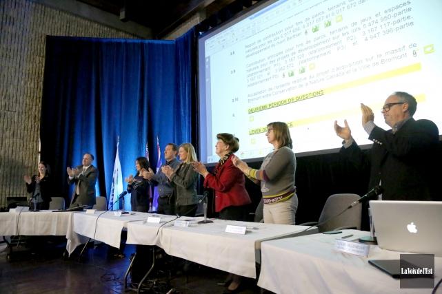 Les élus du conseil de ville de Bromont... (Photo Julie Catudal, La Voix de l'Est)