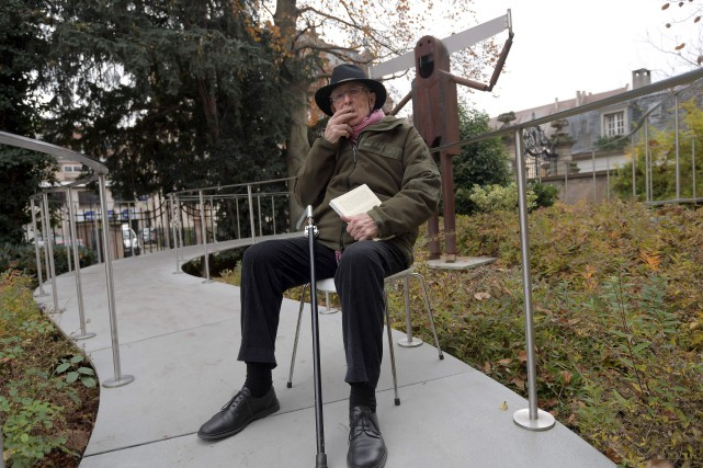 L'artiste Tomi Ungerer fume devant son musée de... (AFP)