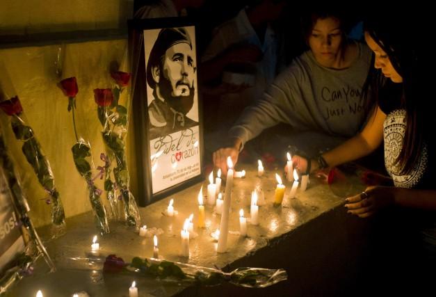 Des étudiants déposaient samedi des chandelles autour d'une... (AP, Ramon Espinosa)