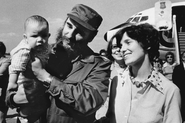 Fidel Castro prend dans ses bras Michel Trudeau,... (La Presse Canadienne)