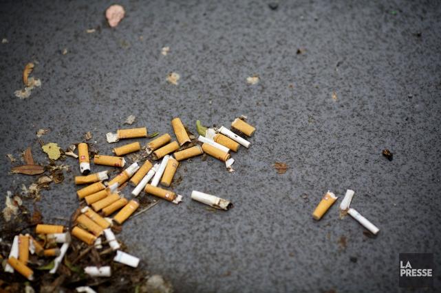 Il est maintenant interdit de fumer dans un... (Archives La Presse)