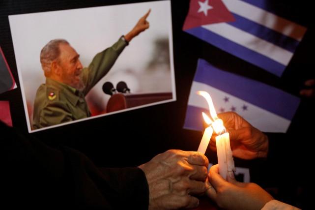 Épais silence dans les rues, rassemblements et spectacles annulés, drapeaux... (PHOTO JORGE CABRERA, REUTERS)