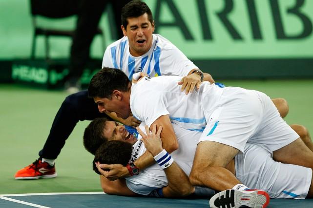 Federico Delbonis (couché sur le dos)s'est jeté au... (PHOTO DARKO VOJINOVIC, AP)