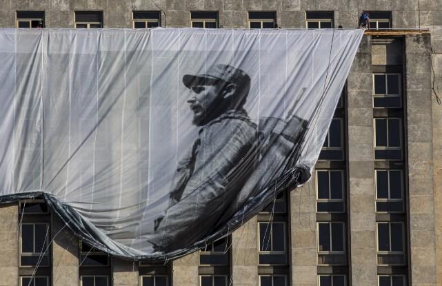 Une bannière géante montrant Fidel Castro en jeune... (AP, Desmond Boylan)
