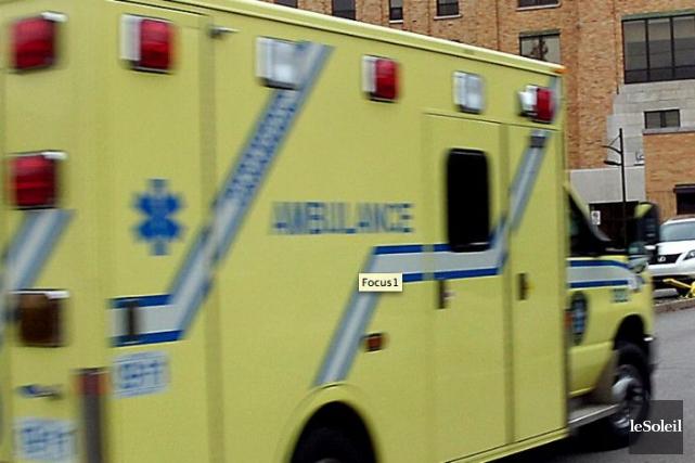 Une ambulance a été impliquée dans un accident... (Photothèque Le Soleil, Jean-Marie Villeneuve)