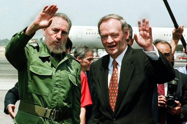 Jean Chrétien en compagnie de Fidel Castro lors... (La Presse AFP)
