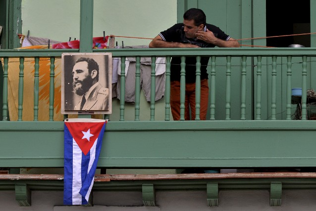 Portraits de Fidel Castro et drapeaux fixés sur... (AFP, Pedro Pardo)