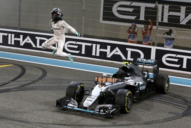 L'Allemand Nico Rosberg saute de joie à côté... (AP, Luca Bruno)