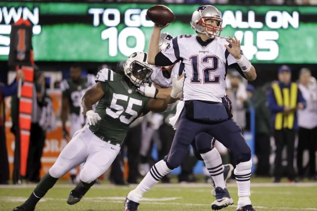 Le quart-arrière des Patriots, Tom Brady (12), ne... (AP, Julio Cortez)