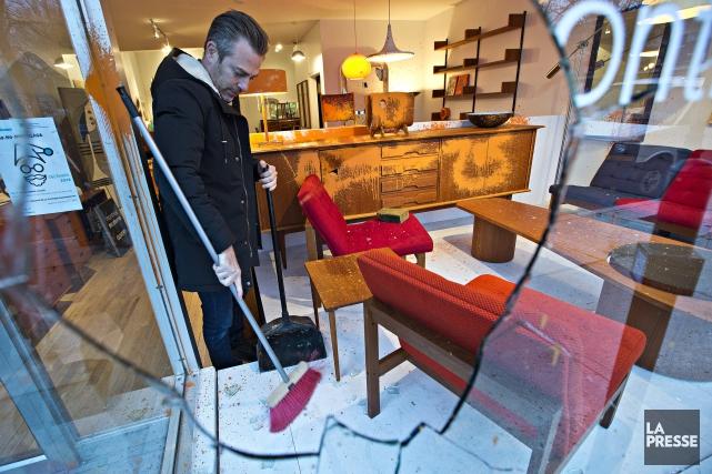 Martin Lafrance de la Boutique Montréal Moderne ramasse... (Photo Patrick Sanfaçon, La Presse)