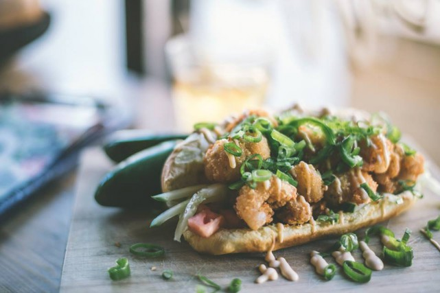 Le Po'Boy, pain baguette fourré de crevettes frites,... (PHOTO ROSALIE DESCHÊNES-GRÉGOIRE, FOURNIE PAR LE BLIND PIG)