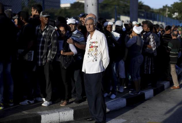 Des milliers de personnes faisaient la queue pour... (AP, Natacha Pisarenko)