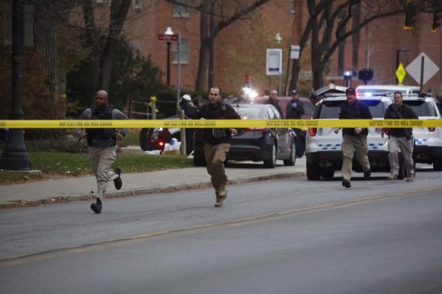 Les forces policières ont été déployées lundi matin... (AP, Tom Dodge)