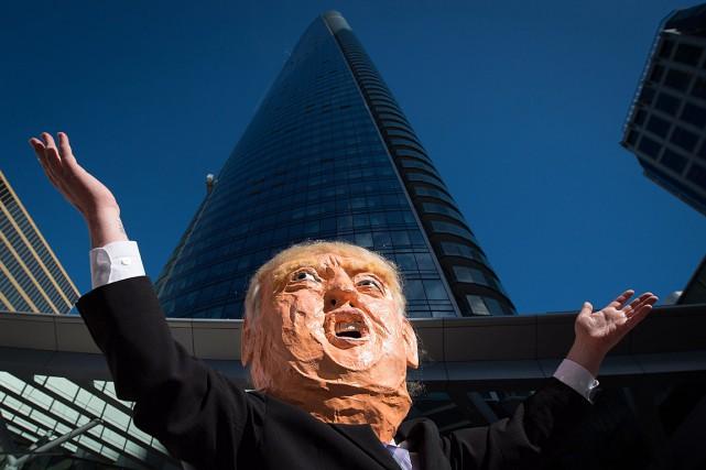 Un manifestant arborait un visage géant de Donald... (PHOTO DARRYL DYCK, ARCHIVES PC)