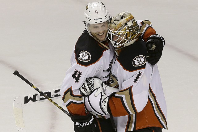 Le gardien des Ducks Jonathan Bernier a battu... (AP, Jeff Chiu)