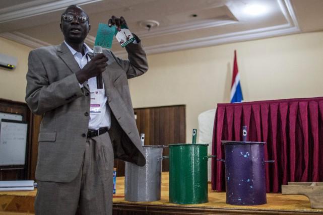Un membre de la Commission électorale indépendante de... (AFP, Marco LONGARI)