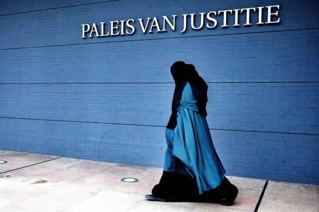 L'interdiction du voile intégral, qui ne s'applique pas... (photo FILER JERRY LAMPEN, archives AFP)