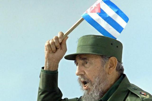 Fidel Castro brandit un drapeau cubain lors d'un... (PHOTO ADALBERTO ROQUE, ARCHIVES AGENCE FRANCE-PRESSE)