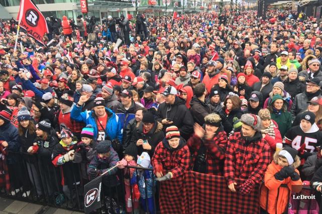 Selon la Police d'Ottawa, 40000 personnes ont applaudi... (Patrick Woodbury, LeDroit)