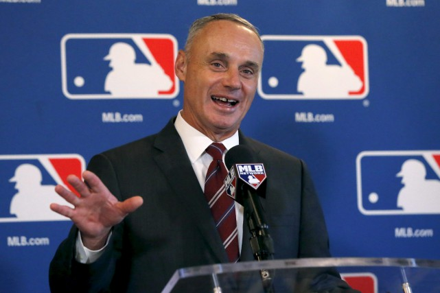 Le commissaire du baseball majeur, Rob Manfred, a... (AP, Charles Rex Arbogast)