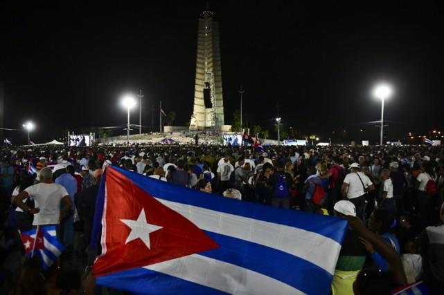 Des milliers de Cubains de tous âges se... (PHOTO AFP)