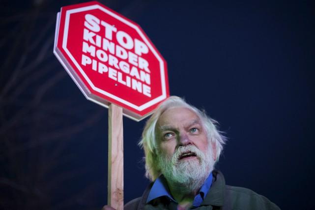 Un homme de Vancouver manifeste contre le projet... (La Presse canadienne, Darryl Dyck)