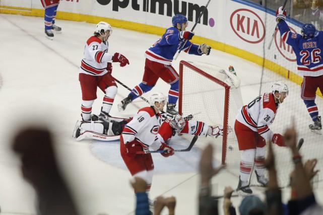 Jimmy Vesey a brisé l'égalité avec 5:12 à faire pour mener les Rangers de New... (PHOTO AP)