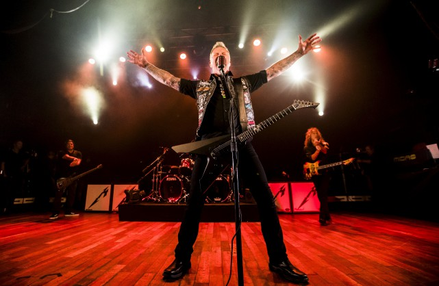 Le chanteur de Metallica, James Hetfield, devant un... (La Presse canadienne, Mark Blinch)