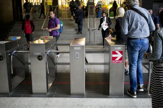 Des usagers passent les tourniquets à la station... (Photo François Roy, archives La Presse)