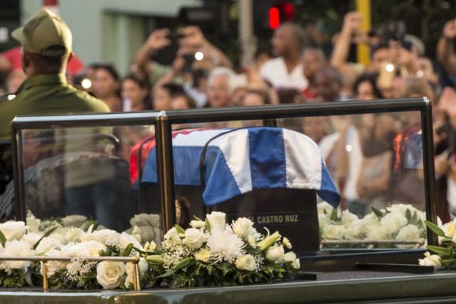 Le cercueil de Fidel Castro est conduit à... (AFP)
