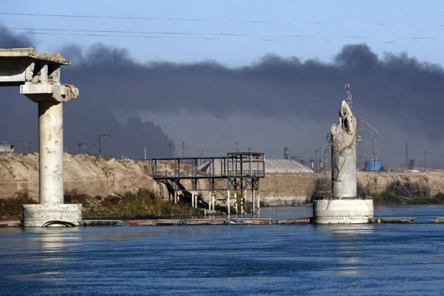 Un pont détruit à Qayyarah, près de Mossoul.... (PHOTO AFP)