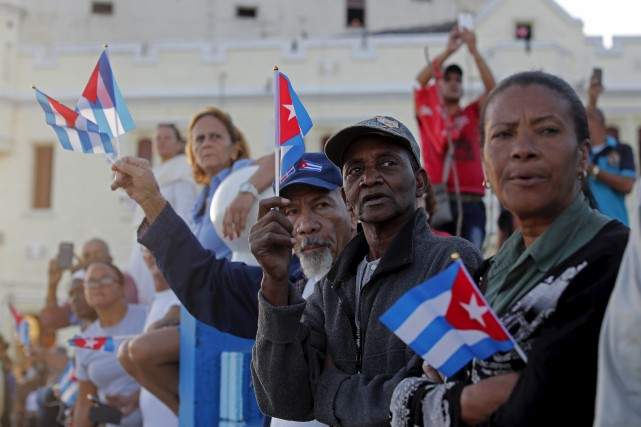 Des centaines de milliers de Cubains massés le... (AP, Dario Lopez-Mills)